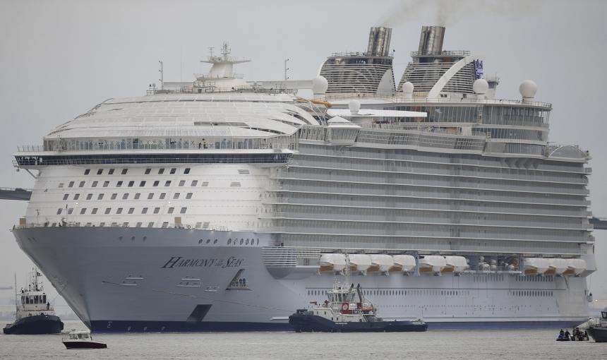Во Франции испытывают крупнейший в мире круизный лайнер